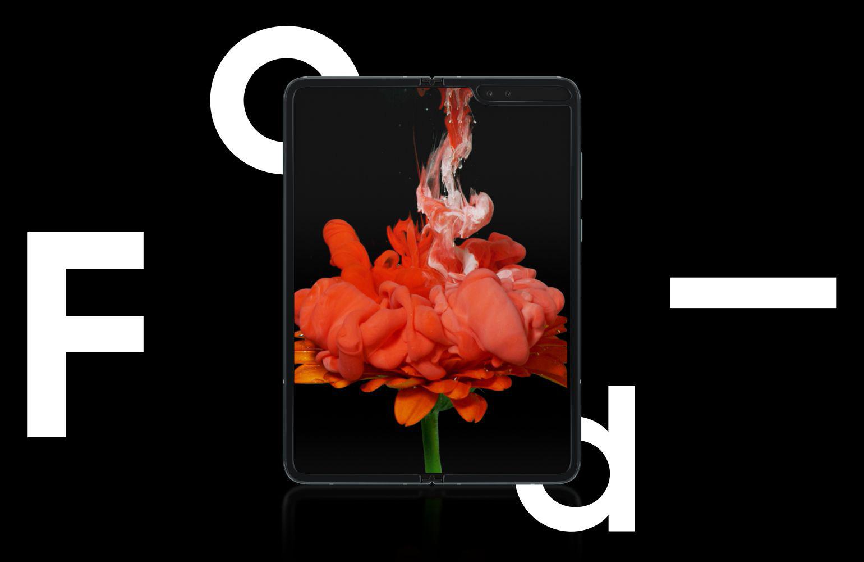 O Galaxy Fold, aberto e visto a partir da frente com uma imagem floral cor-de-rosa e púrpura no ecrã