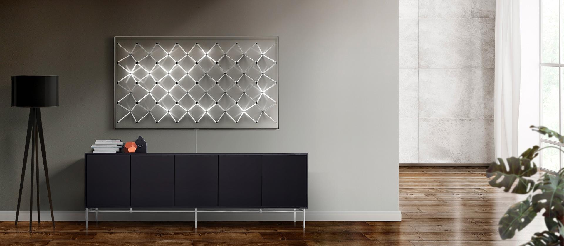 O Modo Ambiente da nova Samsung QLED TV apresenta novos conteúdos num padrão de grelha de luz, de forma a oferecer um elemento que encaixe com a decoração de parede na sala de estar.